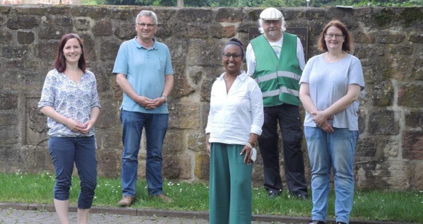 Freunde der Stiftsruine gemeinsam mit Awet Tesfaiesus und Kaya Kinkel. Von links nach rechts: Kaya Kinkel, Helgo Hahn, Awet Tesfaiesus, Thomas Bös, Andrea Zietz.